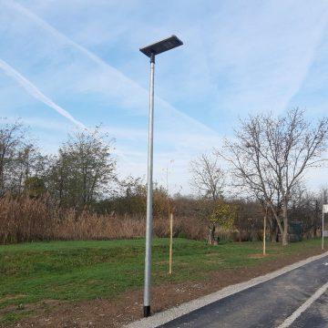 Solarne LED svetilke ob kolesarski poti v Lendavi.